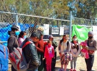 Recibe EU a 27 migrantes del campamento de Matamoros