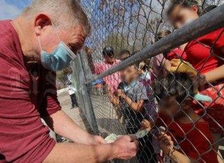 Regalan dólares a migrantes en Matamoros