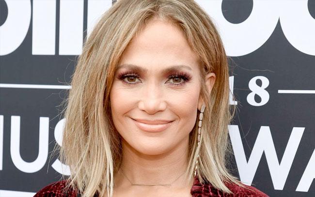 Jennifer Lopez conquista posando con un traje de baño nude a sus 51 años