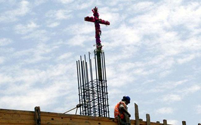 Porqué celebran éste día a albañiles y Santa Cruz