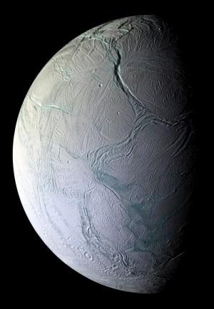 La superficie de Encélado, satélite de Saturno, muestra claras evidencias de actividad geológica. Vía ZME Science.