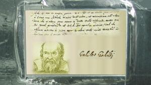 La placa a bordo de Juno, con textos de Galileo Galilei. Imagen: NASA/ESA