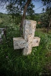 Cruce veche la mormântul unui preot care a slujit în biserica de lemn din Crivina de Sus