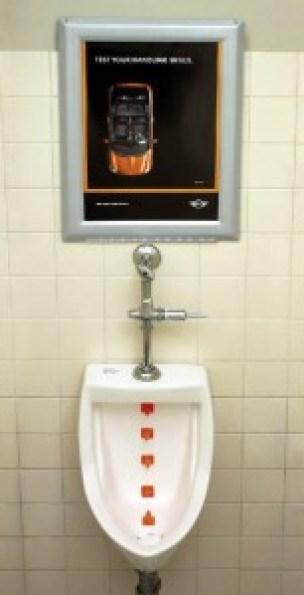 Реклама на Мини Купър в тоалетна