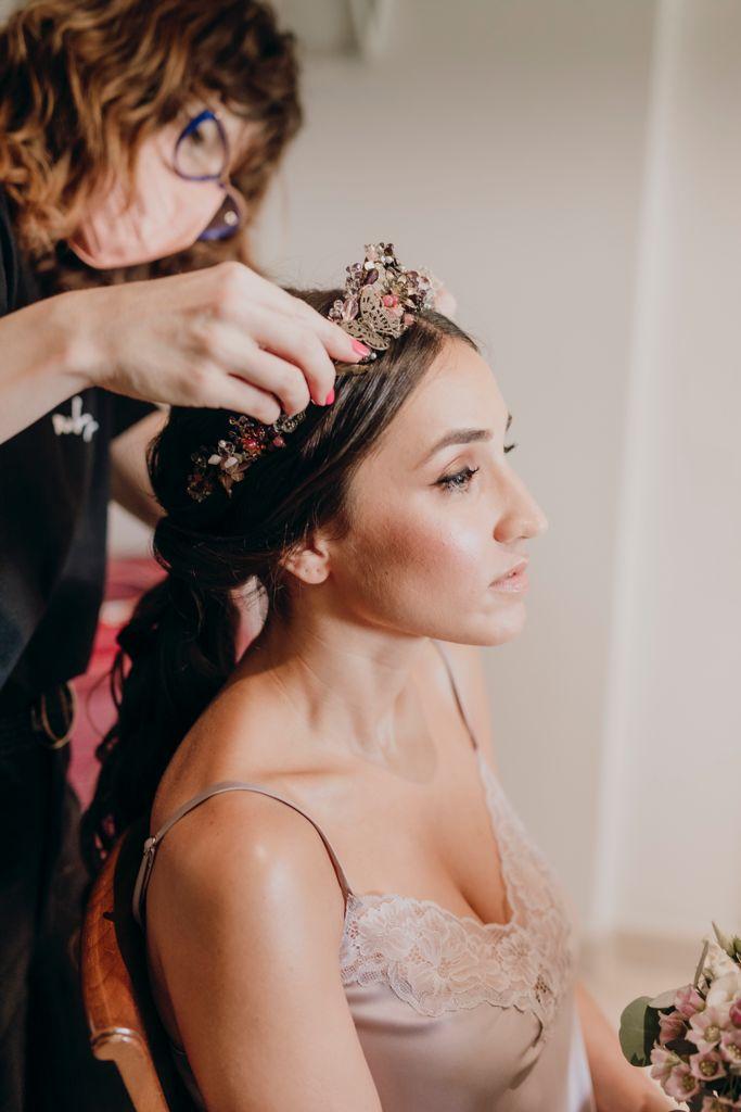 Ana durante los preparativos mientras Gemma, del equipo de Princesas, le pone la tiara