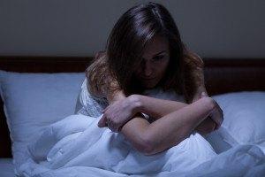 Vista de una mujer despierta que sufre de depresión