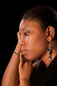 Llorando mujer joven ghanesa africana derramando lágrimas