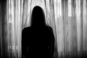 Foto de mujer triste solitaria en apuros