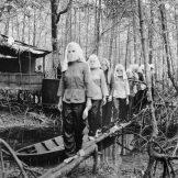 Drugarice na Partijskom sastanku u Nam Can šumi nose maske. Ovo je bio običaj kako ne bi pali u iskušenje da odaju jedni druge ako padnu u ruke neprijatelju.