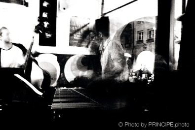 Sous Les Étoiles – Trip On Vibes feat. Jonathan Salvi @ Les Amis Martin Dahanukar - trumpet, Jonathan Salvi - vibraphone, Philipp Moll - double-bass. Willy Kotoun - percussion © 22.01.2018 Patrick Principe