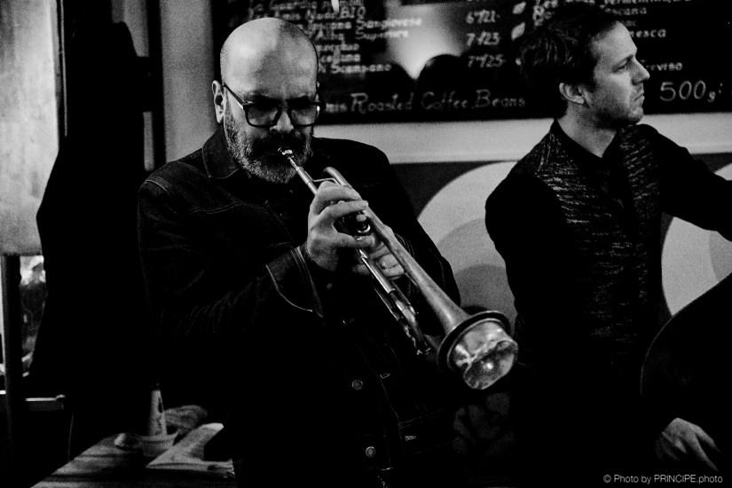 Sous Les Étoiles – Martin Dahanukar New Quartet @ Les Amis Martin Dahanukar, trumpet - Dimitri Howald, guitar - Philipp Moll, double-bass © 11.01.2019 Patrick Principe