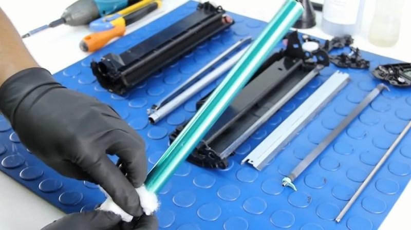 Протираем фотобарабан чистящим средством
