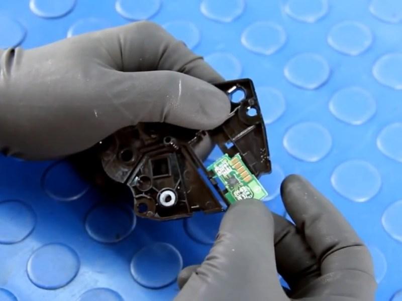 Устанавливаем новый чип в боковую крышку