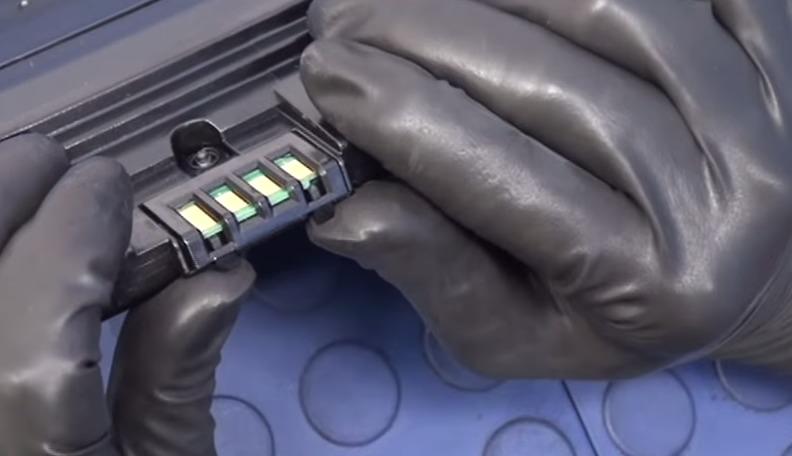 Приподнимаем крепление чипа руками