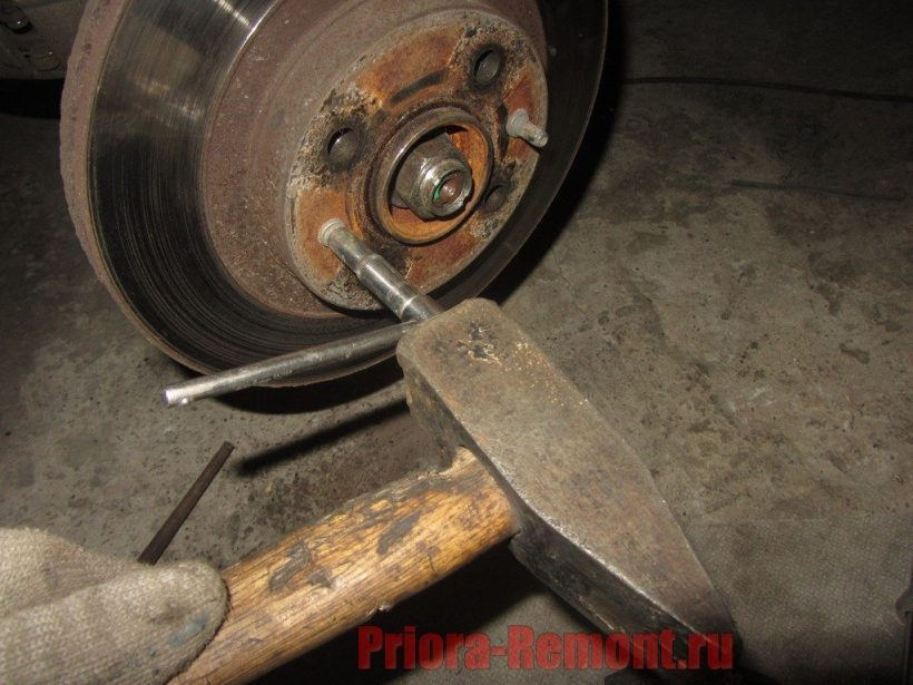 открутить шпильки крепления тормозного диска на Приоре