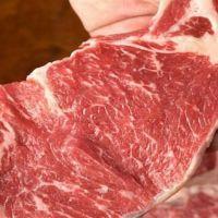 """A Indústria da Carne usa o Químico """"Cola de Carne"""" para Enganar os Consumidores a Comer Restos de Comida"""