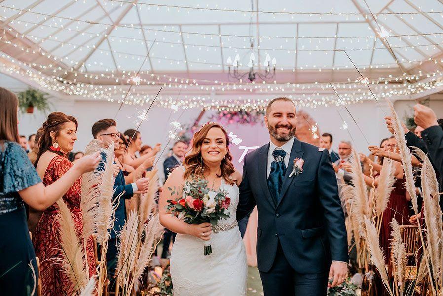 Prisicilla Salazar Wedding Planner Tenerife, novios caminando felices el día de su Boda