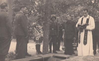 ENTERREMENT DU SOLDAT JOSEF FOMCZAK ( STALAG VC)