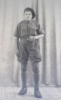 CHANTIER de JEUNESSE jeune en tenue