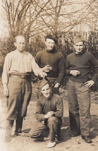 photo du prisonnier DUTEIL originaire de CLAIRAC avec d'autres prisonniers