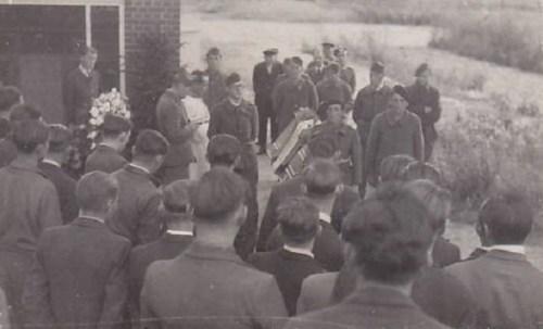 enterrement d'un camarade prisonnier dans un stalag