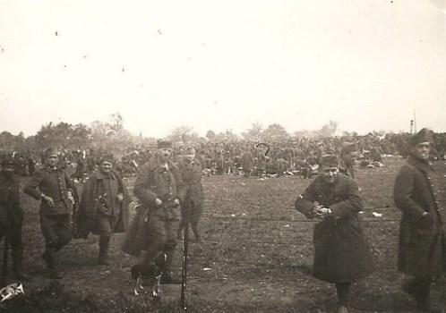prisonniers de guerre entassés dans un camp aux environs de la Meuse