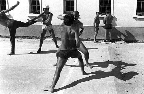 Jean Gaumy. Sports training of prisonners in the walking court. St-Martin-de-Ré. La Citadelle. Prison. 1976