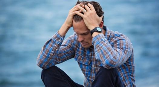 Psychotherapie Aachen: Mann mit Beschwerden und Symptomen einer psychischen Erkrankung