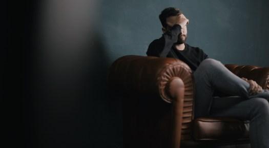 Psychotherapie Aachen: Mann mit Stress-Erkrankung, zum Beispiel in Form eines Burnouts