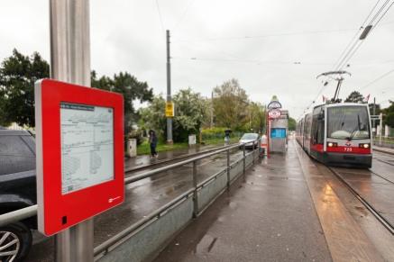 Neue E-Paper Anzeige An Der Station Breitensee Der Linie 49, Mai 2016