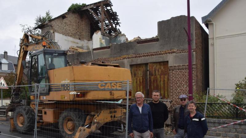 Le maire et la commission travaux sont venus constater de la progression du chantier. Quinze jours de travaux sont nécessaire.