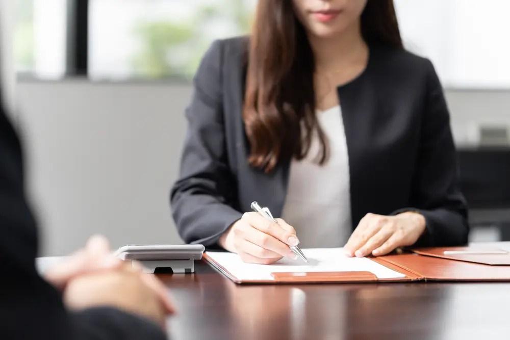 確定申告の相談にのっている税理士の女性