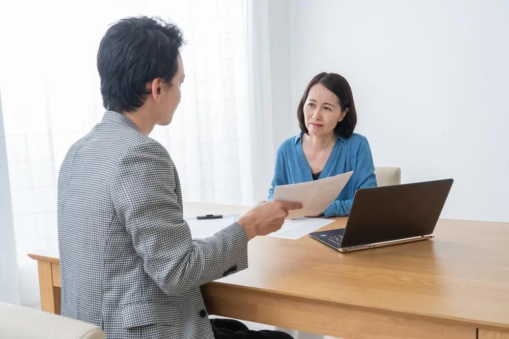 司法書士が書類作成について起業を希望する女性に説明している