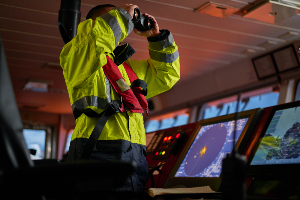 無線レーダーで海上の安全を確認する海上無線通信士
