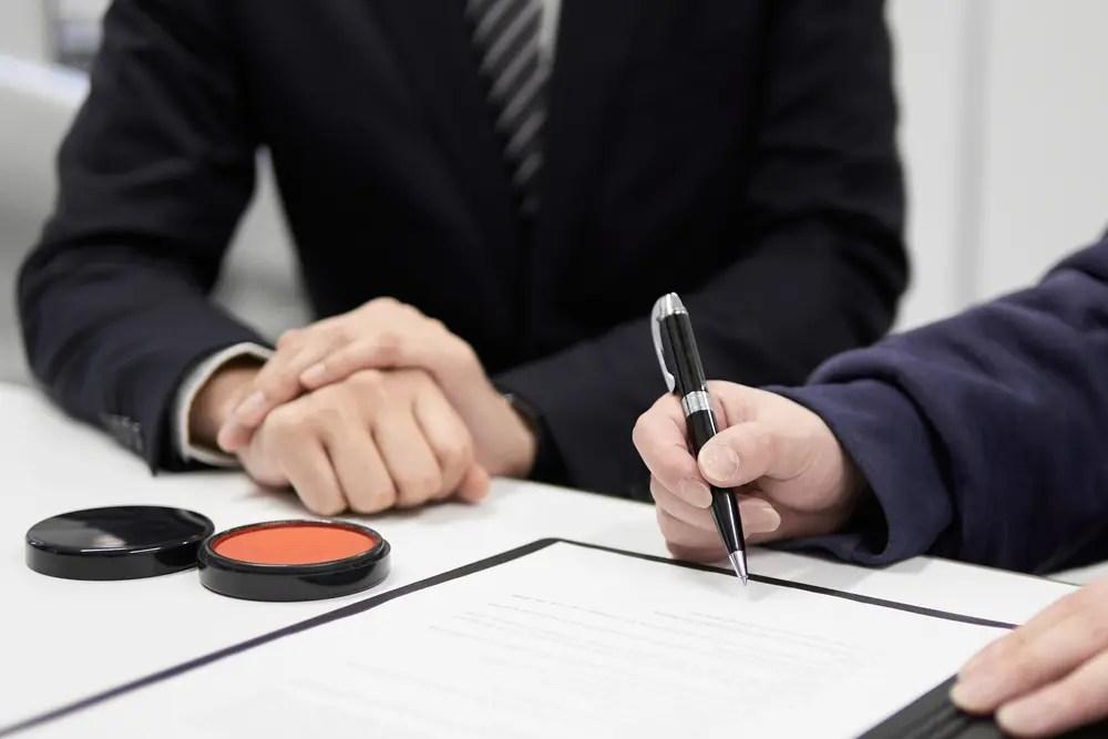 貸金の契約を結ぶ貸金業務取扱主任者の男性