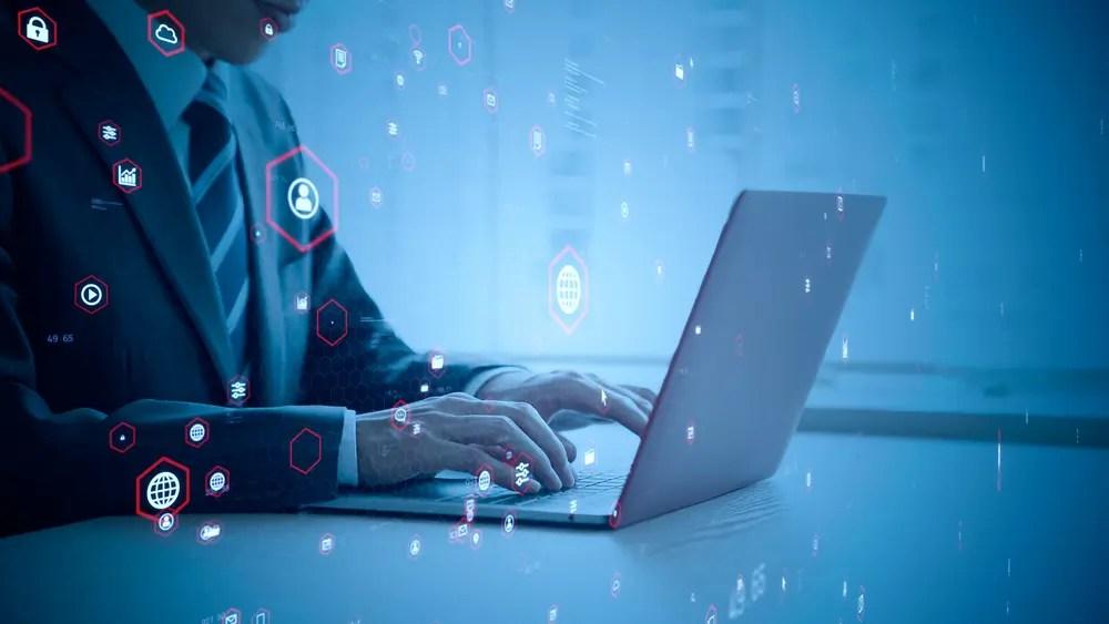 データベースの管理とセキュリティの見直しをしているデータベーススペシャリスト