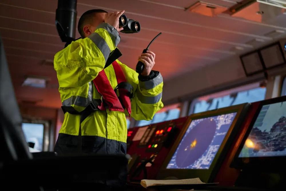 無線で通信をする海上特殊無線技士