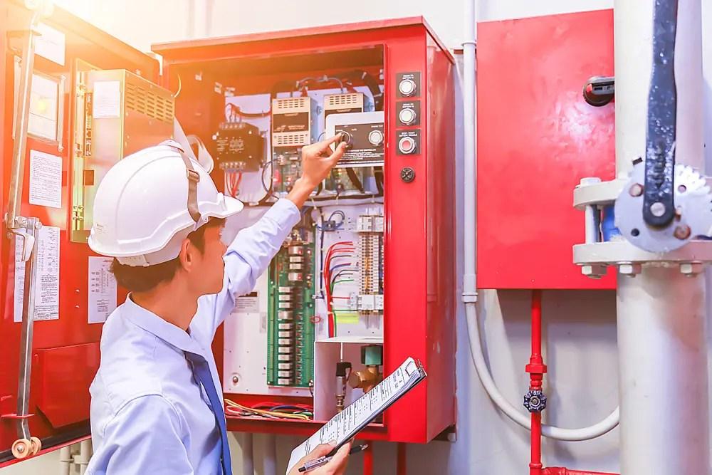 点検を行う消防設備点検者