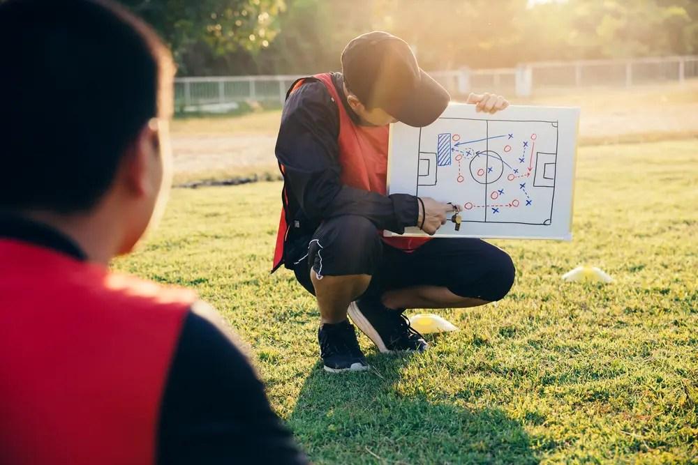 子どもにスポーツの指導をする公認スポーツ指導者