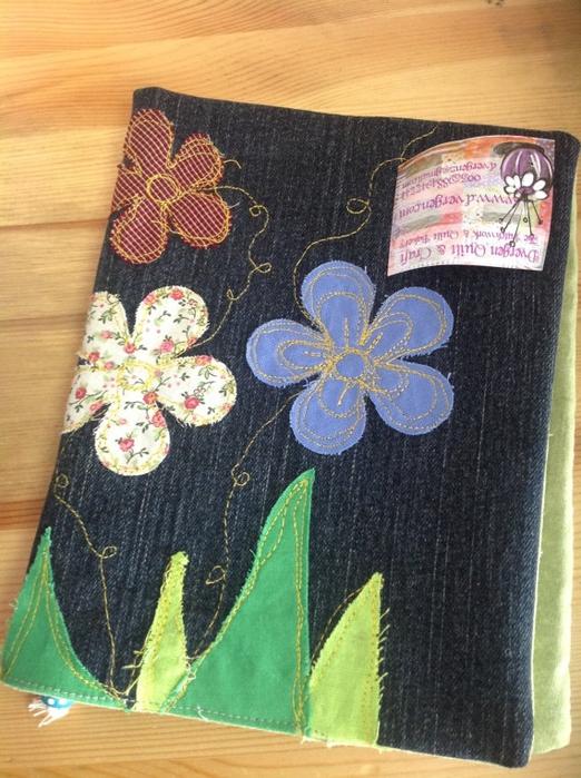 Обложка для личного дневника из темной ткани с цветочкам