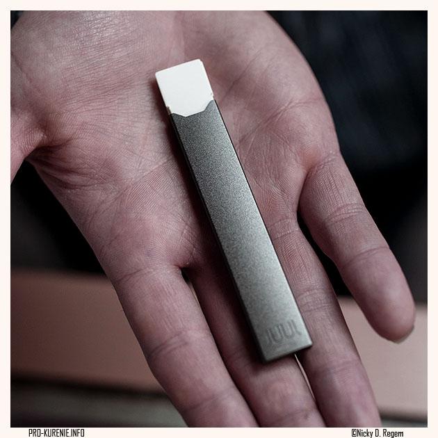 Сложно выбирать, что лучше, JUUL или Logic Comnpact, когда выглядит в руке просто великолепно, сравнение электронных сигарет