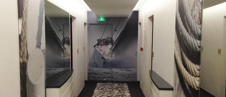 Décoration-de-couloir-Hotel-Kyriad---Les-Sables-d'Olonne