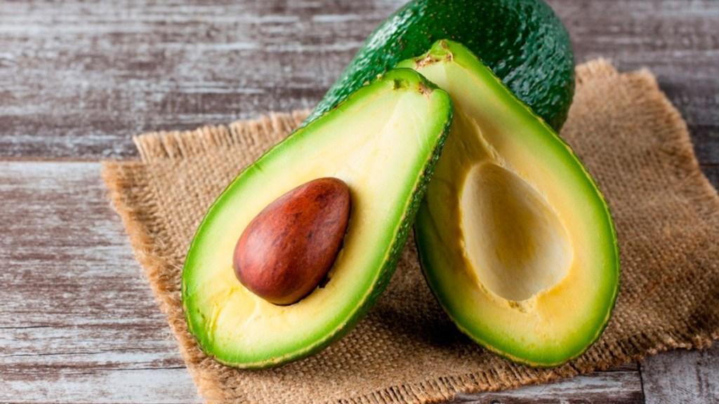 Половина сырого авокадо содержит 82 мкг фолата, или около 21% того, что вам нужно на весь день