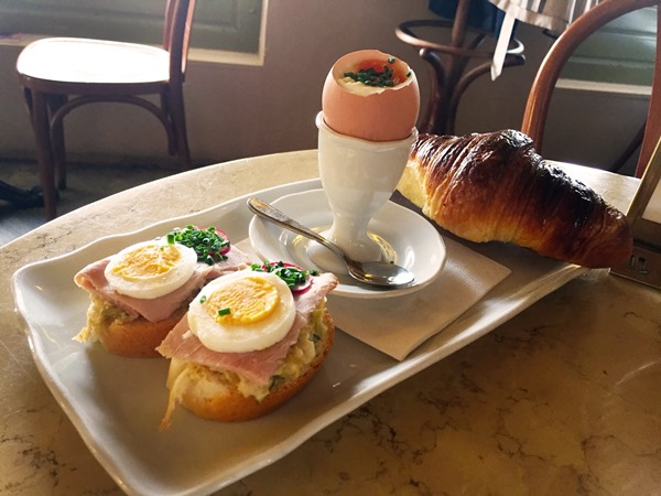 I was in Prague (Czech Republic) and had breakfast at Café Savoy. This historic cafe is very populair so I checked if the breakfast at Café Savoy in Prague is worth the wait. Read about my experience.