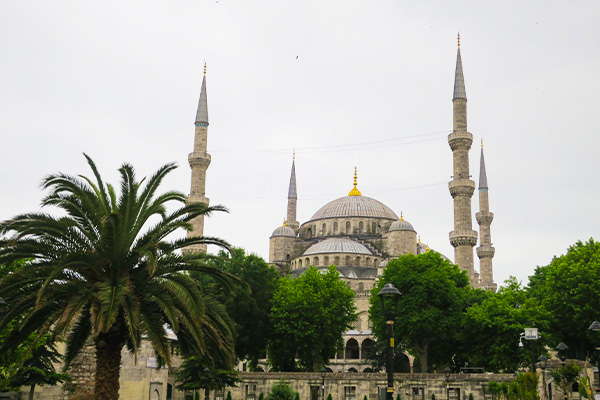 What is it like to travel to Istanbul during Ramadan for non-muslims? Read about my experiences during Ramadan in Istanbul, Turkey as I visited the Blue Mosque.