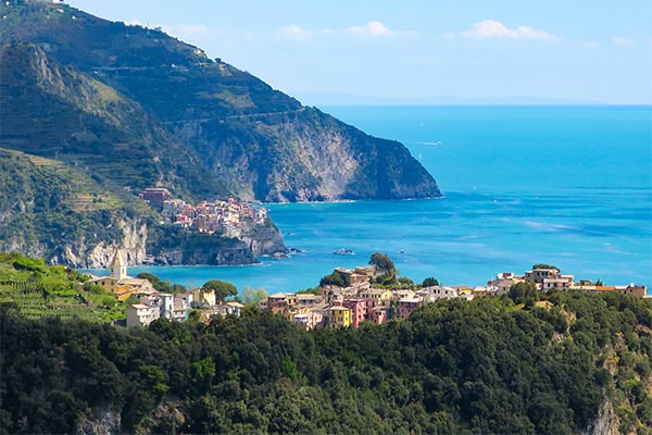 Corniglia and Vernazza in the distance. Do you plan to visit the popular 5 villages that make up the Cinque Terre in Italy? But how can you travel on the Cinque Terre train and what is the Cinque Terre Pass? I explain how to use the Cinque Terre Card to travel by train to the Cinque Terre train station in this ultimate guide for Cinque Terre Train Travel