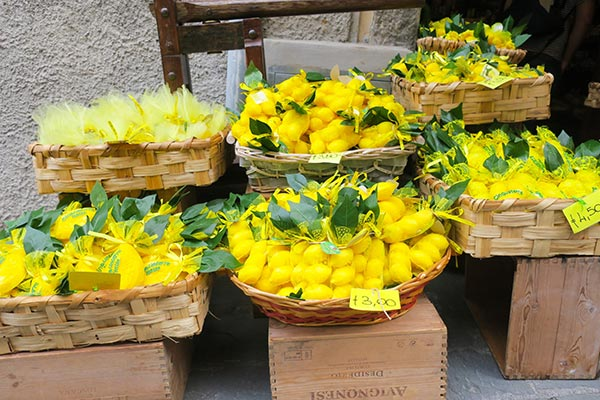 The tangy fragrance of Lemons in Cinque Terre. Do you plan to visit the popular 5 villages that make up the Cinque Terre in Italy? But how can you travel on the Cinque Terre train and what is the Cinque Terre Pass? I explain how to use the Cinque Terre Card to travel by train to the Cinque Terre train station in this ultimate guide for Cinque Terre Train Travel