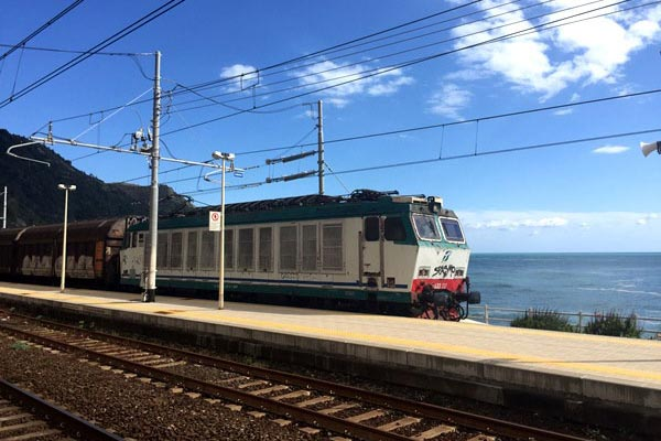 Do you plan to visit the popular 5 villages that make up the Cinque Terre in Italy? But how can you travel on the Cinque Terre train and what is the Cinque Terre Pass? I explain how to use the Cinque Terre Card to travel by train to the Cinque Terre train station in this ultimate guide for Cinque Terre Train Travel