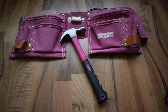 Missfixx-pinker-Werkzeuggürtel-Hammer-Probenqueen