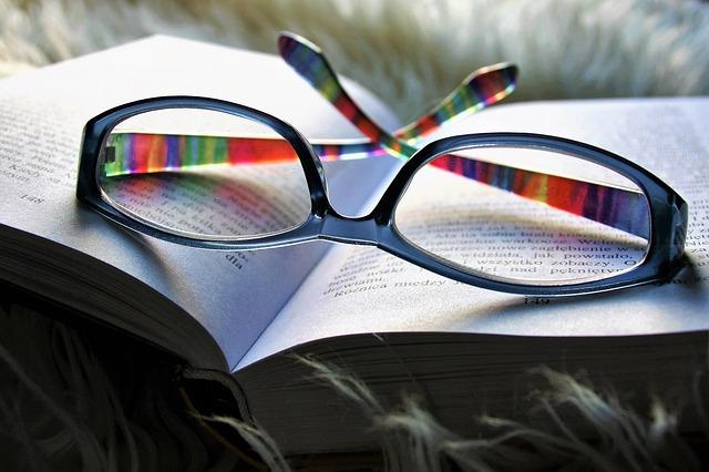 Mia Bruckmann Buch mit Brille Probenqueen